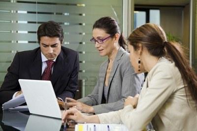 1029420-la-gente-en-el-trabajo-las-empresas-que-tengan-un-equipo-de-reunion[1]